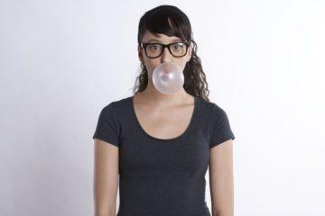 garota mascando chiclete com um rosto sensual